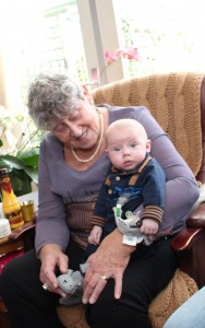 Bij grote oma will op schoot